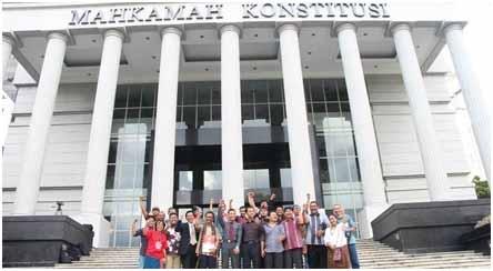 Pegiat Aliansi Masyarakat Adat Nusantara (AMAN) meluapkan kegembiraan di depan kantor MK, seusai keputusan dikabulkannya permohonan uji materil terhadap UU Kehutanan