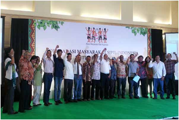 Deklarasi masyarakat sipil untuk hutan adat Indonesia di Jakarta, Senin (27/5/13). Perlu kemauan politik yang kuat dari Presiden SBY guna mendorong implementasi putusan MK pada pengakuan hutan adat ini. Foto: Sapariah Saturi