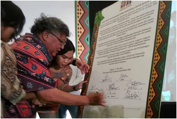 Wimar Witoelar, saat menandatangani Deklarasi Masyarakat Sipil untuk Hutan Adat Indonesia. Foto: Sapariah Saturi