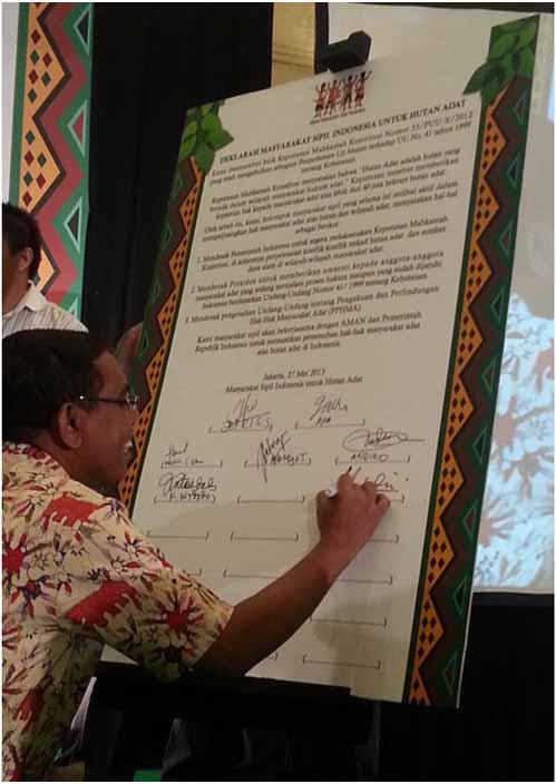Chalid Muhammad, koordinator Institut Hijau Indonesia, satu di antara belasan orang yang secara simbolis mulai menandatangani Deklarasi Masyarakat Sipil untuk Hutan Adat Indonesia di Jakarta, Senin (27/5/13).Foto: Sapariah Saturi