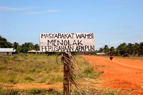 Salah satu palang ditancapkan di Kampung Wambi di Wambi, Merauke, menolak masuknya perusahaan yang bakal mengancam kehidupan mereka. Foto: Agapitus Batbual