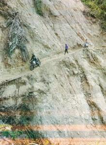 3-Ojek Penantang Maut-Hal 12 Foto