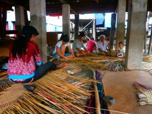 Warga Desa Pedamaran Lagi mengayam purun (2)