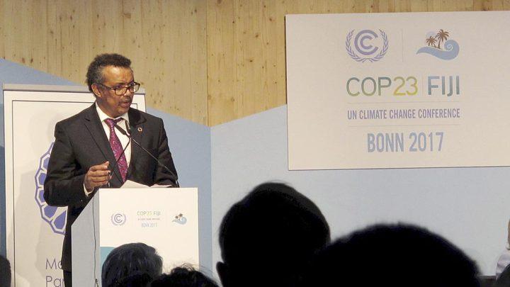Direktur Jenderal Organisasi Kesehatan Dunia (WHO) Tedros Adhanom Ghebreyesus berpidato pada salah satu sesi di Pertemuan Para Pihak atau COP Ke-23 Kerangka Kerja PBB tentang Konvensi Perubahan Iklim atau UNFCCC di Bonn, Jerman, Minggu (12/11). WHO bersama UNFCCC meluncurkan inisiatif untuk membantu negara pulau kecil dalam mitigasi dan adaptasi perubahan iklim.