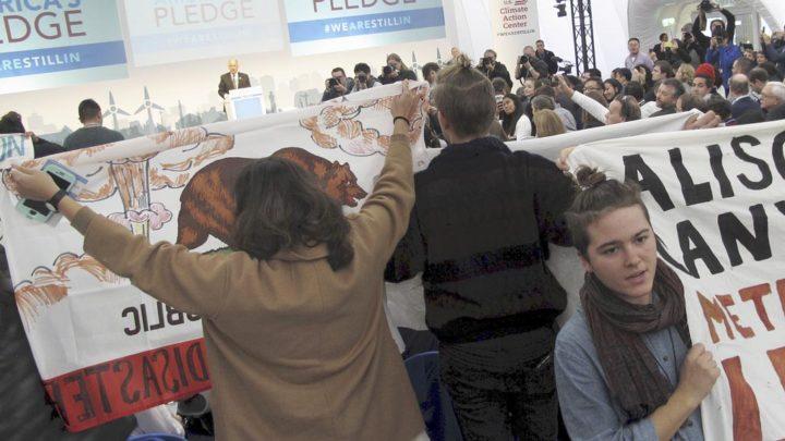 Sekelompok masyarakat sipil berunjuk rasa saat Gubernur California Jerry Brown berpidato di Paviliun Amerika Serikat pada pada Pertemuan Pertemuan Para Pihak (COP) Ke-23 Kerangka Kerja PBB tentang Konvensi Perubahan Iklim (UNFCCC) di Bonn, Jerman, Sabtu (11/11) siang. Bersama dengan mantan Walikota New York Michael Bloomberg, Brown menginisiasi gerakan America's Pledge yang tetap berkomitmen pada Kesepakatan Paris.