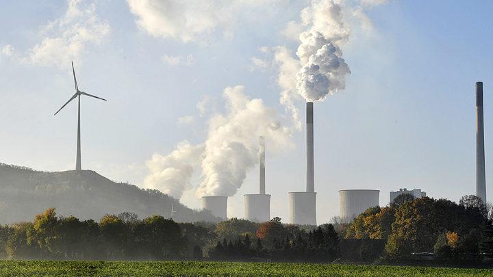 Asap mengepul dari cerobong asap pembangkit listrik yang menggunakan bahan bakar batubara di Gelsenkirchen, Jerman, Jumat (17/11). Dalam Konferensi Kerangka Kerja PBB untuk Perubahan Iklim (COP) Ke-23 di Bonn, Jerman, yang berakhir kemarin terbentuk aliansi negara-negara untuk meninggalkan energi batubara yang tidak ramah lingkungan, tetapi Jerman tidak termasuk dalam gerakan itu.