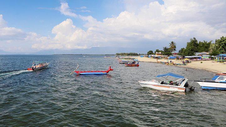 Wisatawan menikmati keindahan Danau Toba di Pantai Pasir Putih Lumban Bulbul, Kecamatan Balige, Kabupaten Toba Samosir, Sumatera Utara, Jumat (9/6). Pantai yang tiga tahun lalu itu masih merupakan semak belukar, kini berubah menjadi pantai pasir putih penghasil rupiah bagi warga. Kompas/Nikson Sinaga (NSA) 09-06-2017 Rubrik Kota - Balige