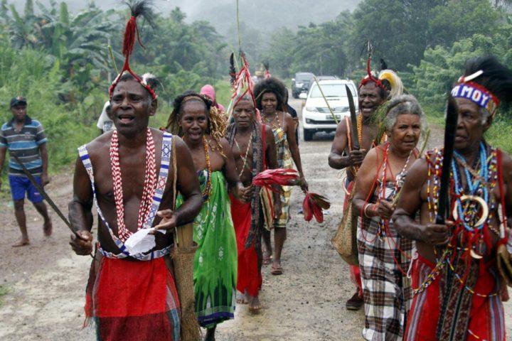 Tolak Investasi Besar Di Wilayah Adat Warga Malaumkarta Raya, Distrik Makbon, Kabupaten Sorong, Papua Barat, Rabu (20//2/2019) menarikan tarian Aklen untuk menyambut tamu yang datang ke kampung tersebut. Daerah ini mengembangkan pariwisata yang berpegang pada adat setelah menolok kehadiran investasi besar. Mereka ingin melindungi hutan dan laut wilayah adatnya dari kerusakan agar tetap memberi kehidupan. KOMPAS/ICHWAN SUSANTO (ICH)